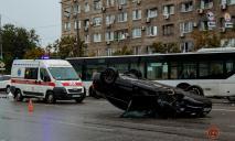 Серьезное ДТП в Днепре: от удара авто перевернулось, есть пострадавшие