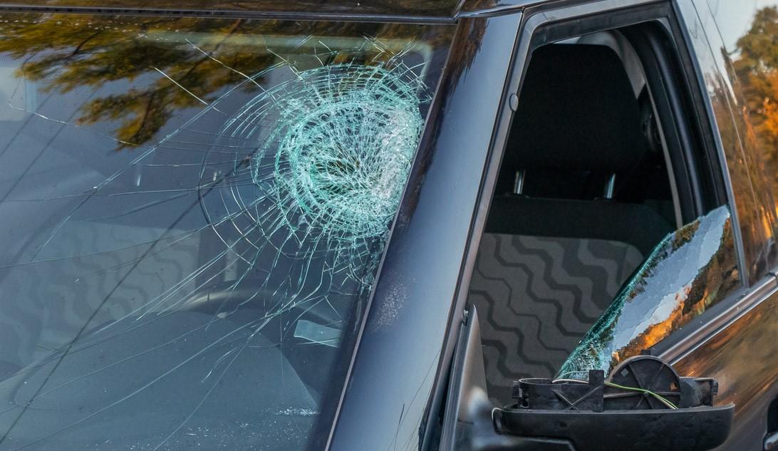 Женщина головой разбила лобовое стекло. Новости Днепра