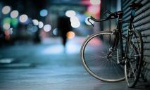 В Днепре велосипедист врезался в автомобиль: подробности