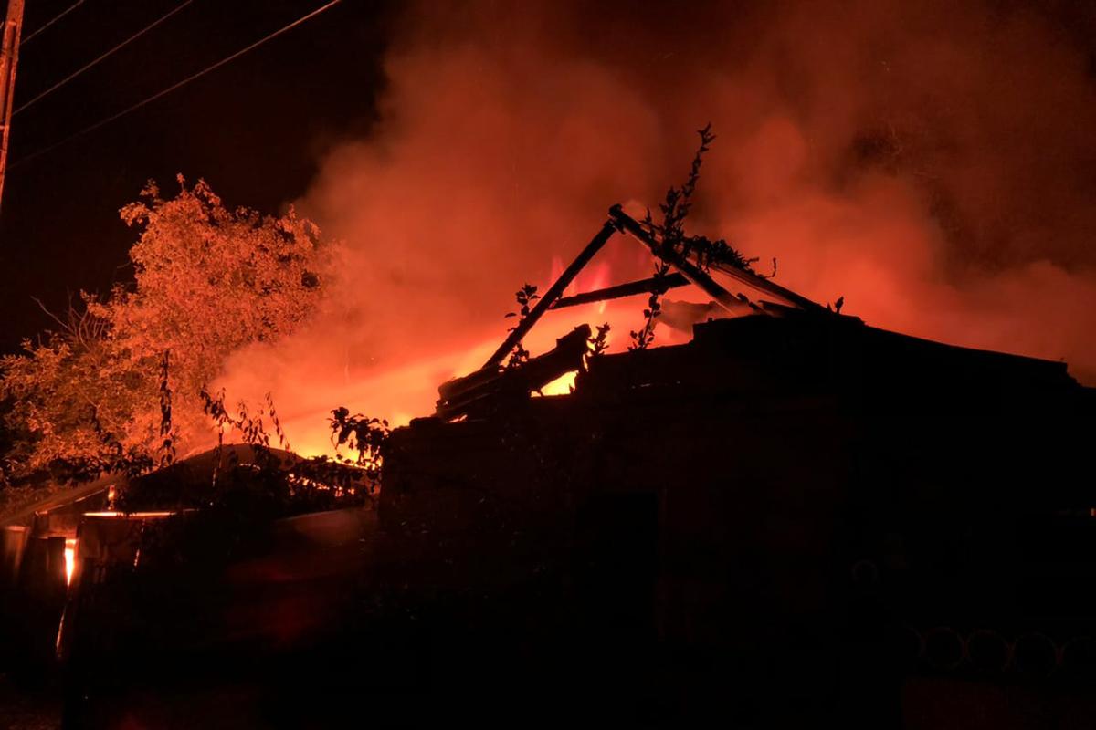 Под Днепром пламя охватило крышу гаража