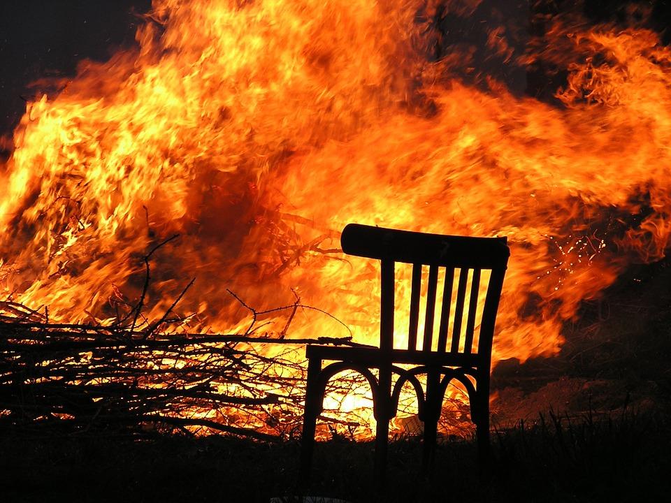 Из пожара вынесли пострадавшего мужчину. Новости Днепра