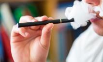 Не покуришь: Рада сделала шаг к запрету продажи е-сигарет до 18 лет