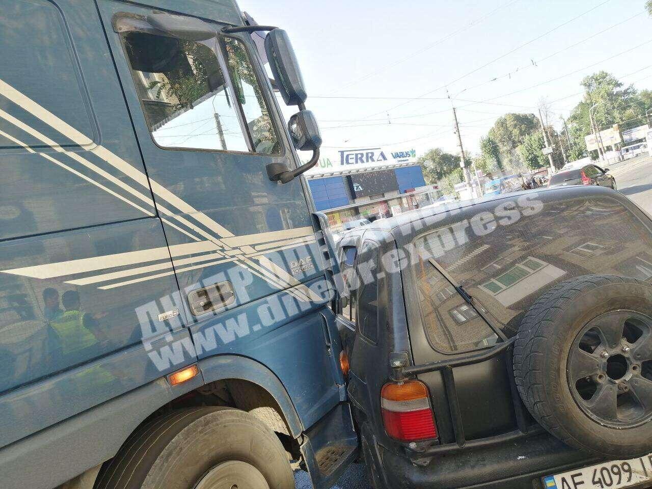Водитель иномарки спровоцировал тройное ДТП. Новости Днепра