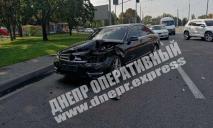 Видео момента ДТП в Днепре: от удара автомобиль развернуло
