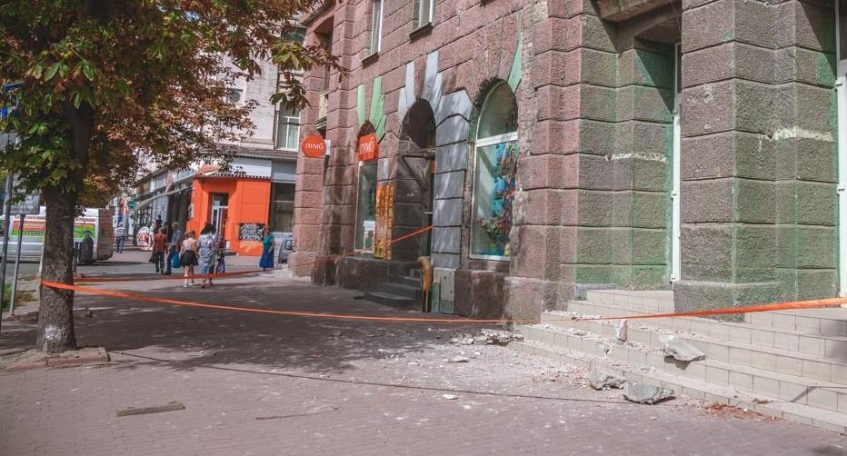 Рушится фасад здания. Новости Днепра