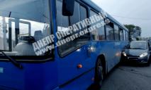 ДТП – в Днепре: автомобиль и автобус не поделили дорогу