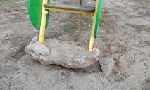 В Днепре школьники разгромили горку на детской площадке и сбежали