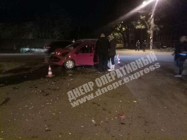 Авария произошла по причине того, что один из водителей не уступил дорогу едущему по главной авто. Есть пострадавшие. Новости Днепра