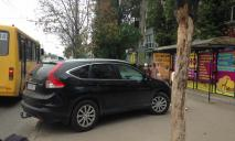 В Днепре автохамка припарковалась на остановке, чтобы зайти в магазин