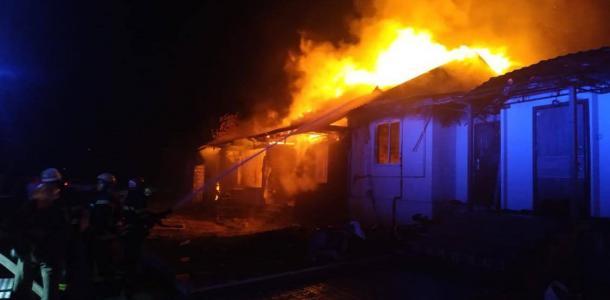 Под Днепром пламя охватило дом коттеджного типа