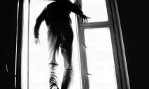 Под Днепром мужчина выбросился из окна многоэтажки, все подробности