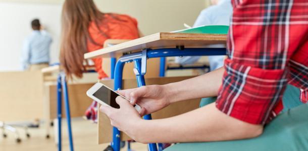 Детям хотят запретить пользоваться телефонами в школе
