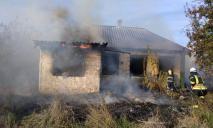 Жилой дом охватило огнем: пожар тушили спасатели