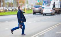 Чудом удалось избежать беды: в Днепре мужчина с ребенком перебегал дорогу на «красный»
