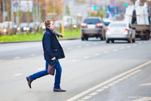 Днепрянин спешно переходил дорогу по пешеходному переходу. И все бы ничего, если бы не на красный сигнал светофора. Новости Днепра