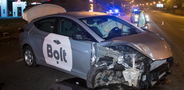 В Днепре автомобиль влетел в дорожное ограждение, опубликованы фото