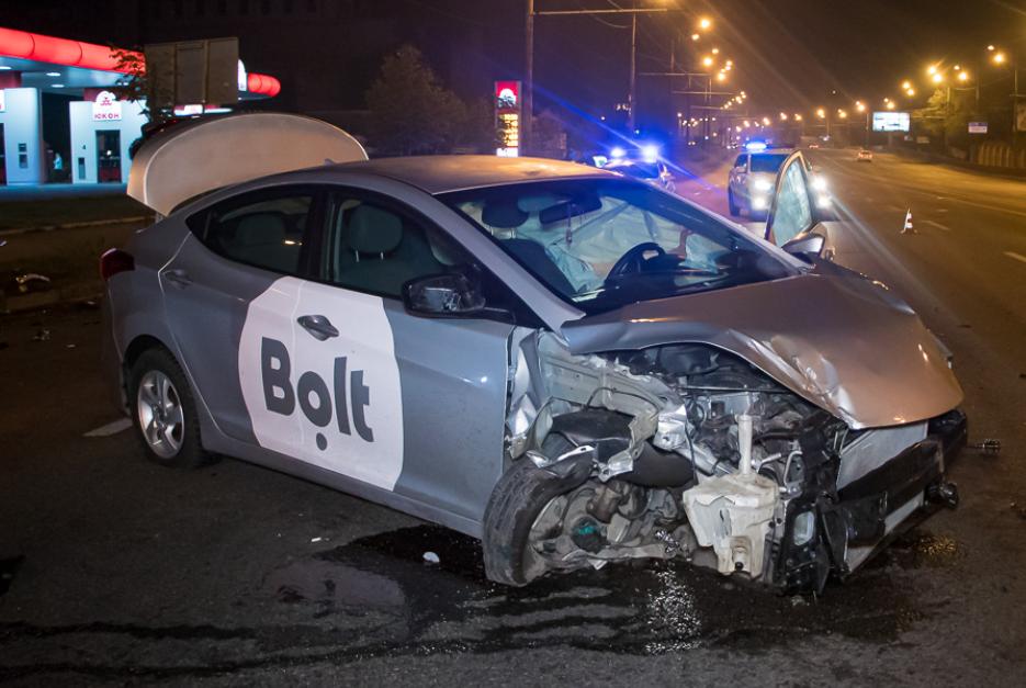 В Днепре автомобиль влетел в дорожное ограждение, опубликованы фото. Новости Днепра