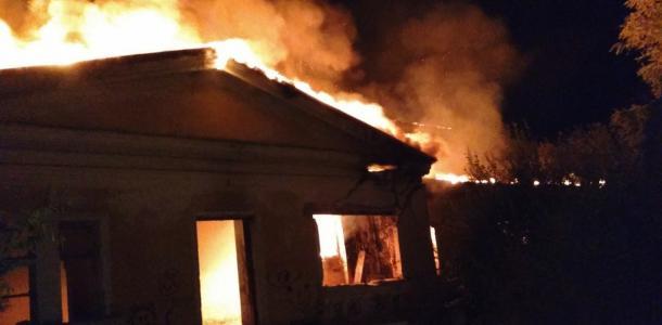 Серьезный пожар: огонь возник внутри одноэтажного здания