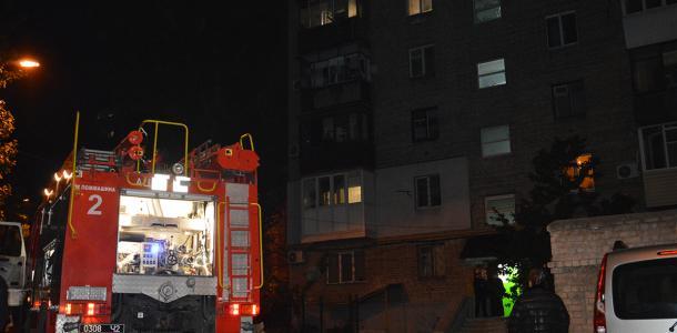 Сильное задымление: в Днепре из горящей квартиры вынесли двух женщин