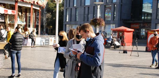 В Днепре волонтеры рассказывали жителям о правилах безопасности во время голосования на местных выборах