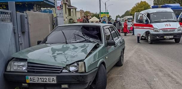 На «зебре»: в Днепре водитель сбил женщину, ее без сознания забрала скорая