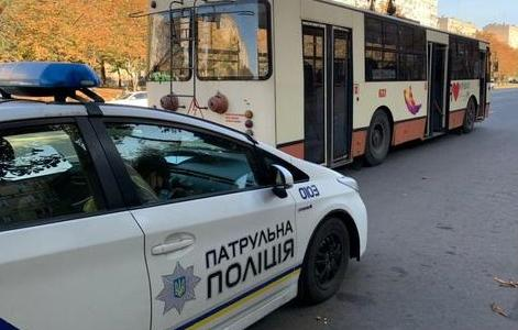 Не поделили дорогу: троллейбус «зацепил» машину патрульных