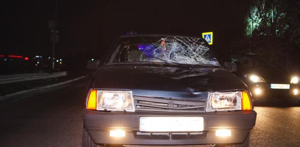 Поздно заметил: в Днепре авто сбило женщину, ее забрала скорая
