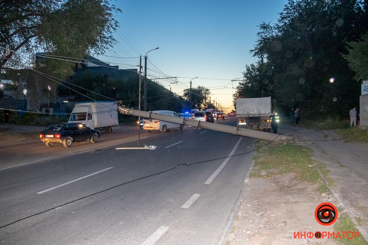 В Днепре столб упал на дорогу. Новости Днепра