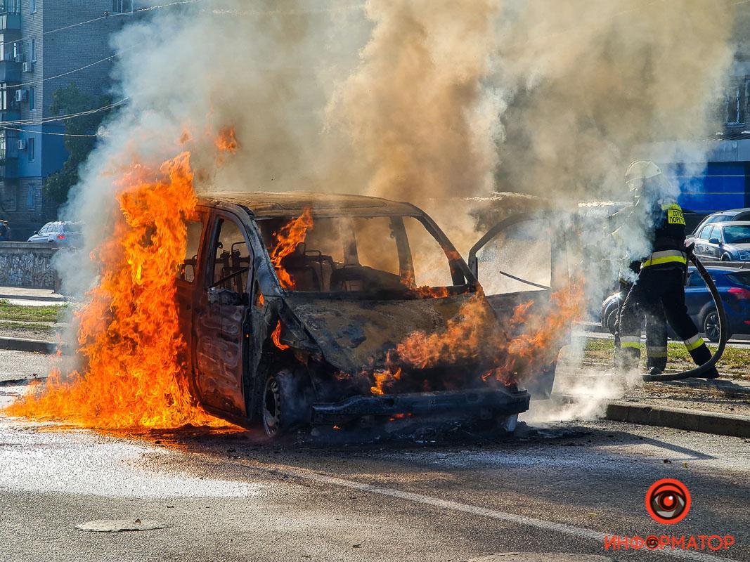В Днепре сгорел микроавтобус. Новости Днепра