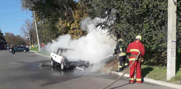Остались только металлические конструкции: горел автомобиль