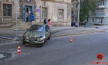 ДТП в Днепре: машины вылетели на тротуар, пострадавших забрала скорая