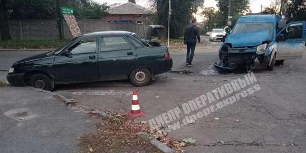 ДТП в Днепре: столкнулись микроавтобус и легковушка, что известно