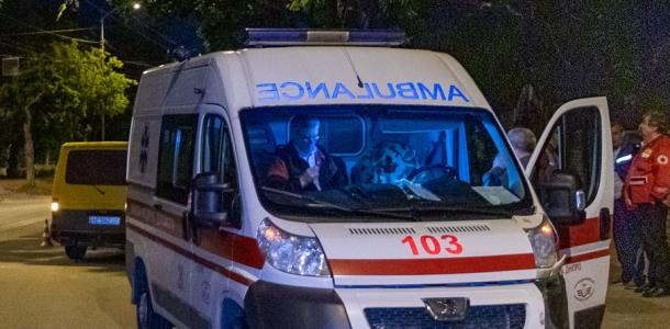 В Днепре мужчина жестоко изрезал знакомого ножом и сорвался с 4 этажа, пытаясь сбежать