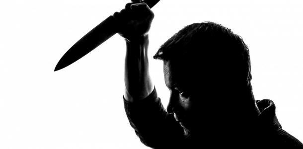 Нашли в душевой: мужчина ударил себя ножом в пах