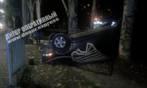 Подросток за рулем: в Днепре авто врезалось в ограждение и перевернулось