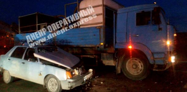 В Днепре грузовик протаранил легковушку: подробности