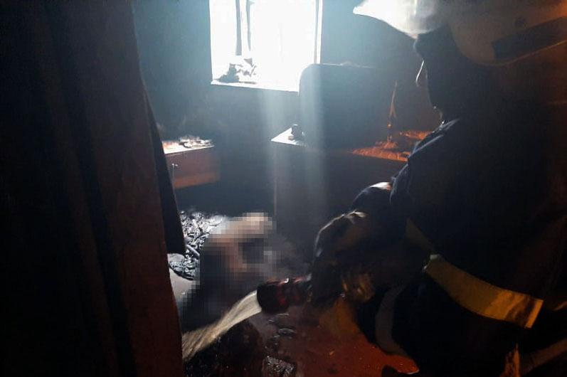 Женщине не хватило сил, чтобы добраться до дверей и выйти. Спасатели нашли ее труп. Новости Днепра