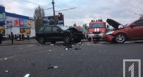 В Кривом Роге столкнулись две иномарки, есть пострадавшие