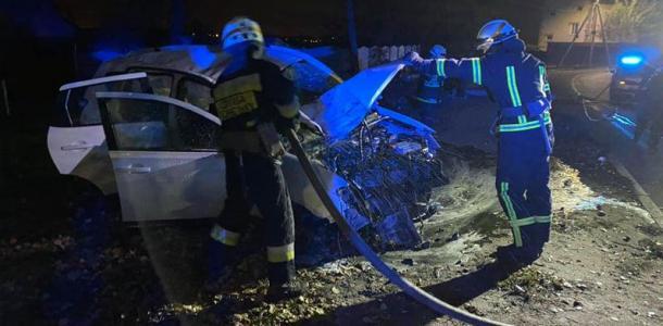 В Днепре автомобиль влетел в столб, есть пострадавшая