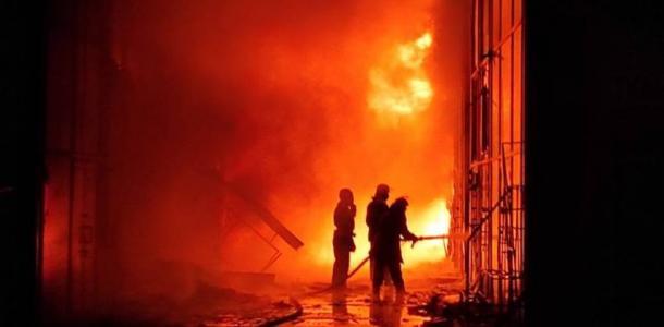 Масштабный пожар на рынке тушат 100 спасателей, подробности