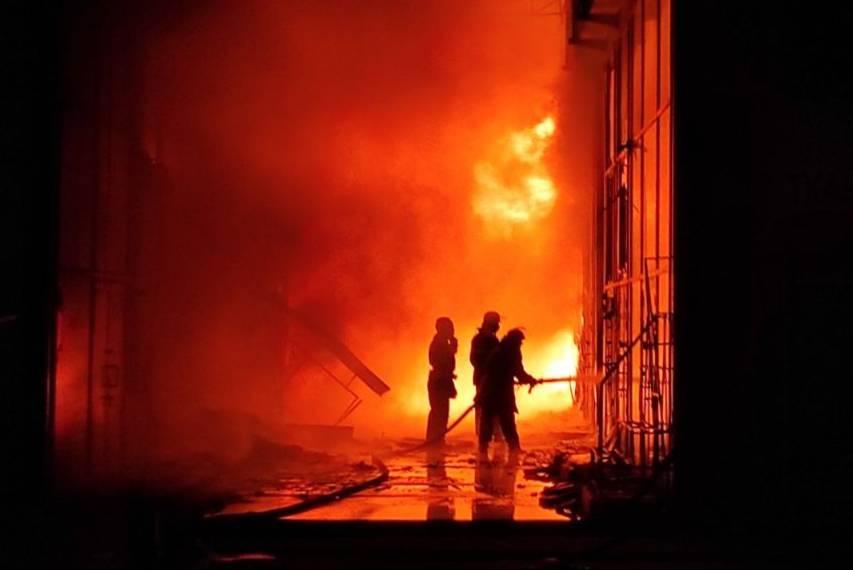 Мастабный пожар на рынке тушат 100 спасателей. Новости Украины
