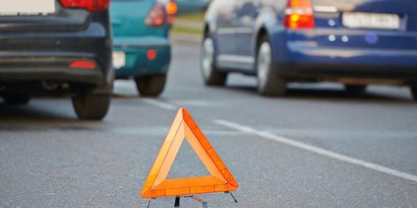 Audi врезался в Chevrolet и чуть не сбил пешехода: видео момента