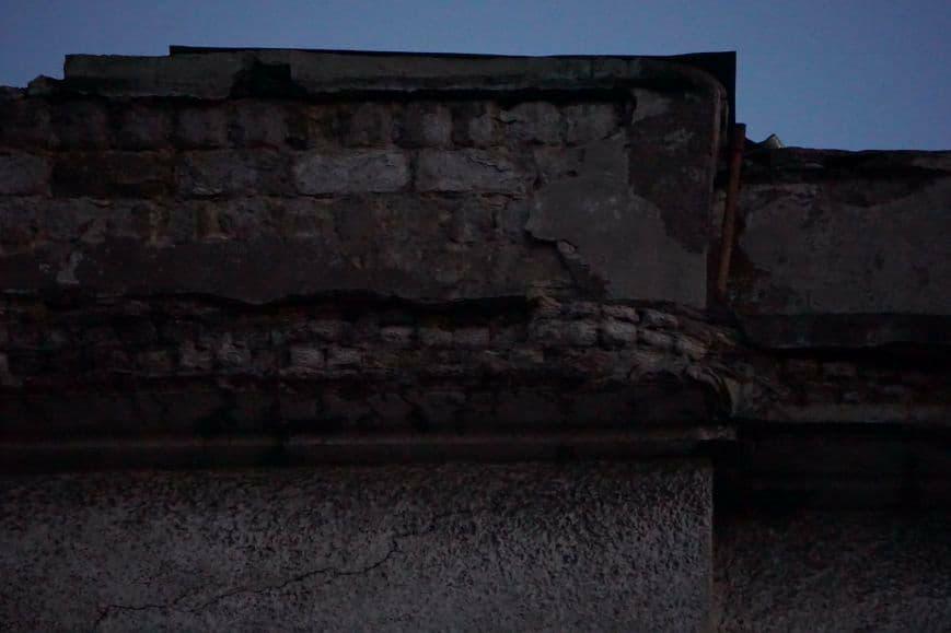 Уже не впервые упал кусок фасада дома и серьезно травмировал ребенка. Пострадавшую лечат в больнице Днепра. Все подробности происшествия. Новости Днепра