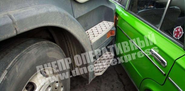 В Днепре фура протаранила легковой автомобиль: подробности