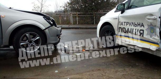 Доездились: в Днепре Opel врезался в автомобиль патрульных