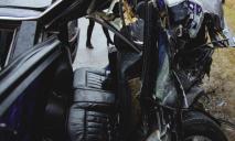 В Днепре легковушка влетела под фуру. Пассажиров вырезали из машины (ФОТО, ВИДЕО)