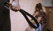Не постеснялся 6 детей: на Днепропетровщине мужчина издевался над своей женой