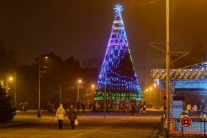 В Днепре в парке Глобы зажгли огни на новогодней елке. Зеленая красавица радует глаз днепрян и гостей города. Новости Днепра