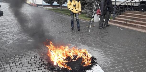 Участников «тарифного протеста» под Днепром забросали яйцами, зеленкой и фекалиями