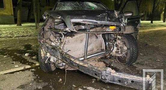 Выбиты стекла, смят кузов, поврежден мотор: от машины в Кривом Роге почти ничего не осталось (ФОТО)